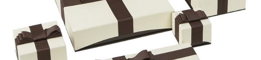Cajas de carton forradas en papel texturizado con lazo decorativo para