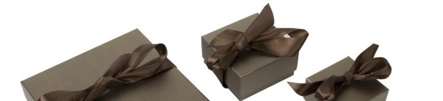 Cajas de carton forradas en papel perlado con lazo de saten para joyer